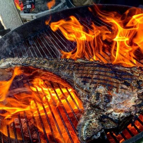 T-Bone Steak auf dem Grill mit hohen Flammen