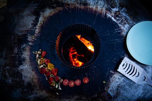 Grilltonne mit Gemüse (Tomaten, Paprika und Lauch)